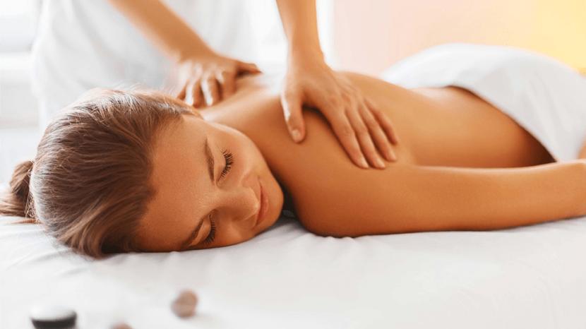 Kobieta podczas masażu pleców