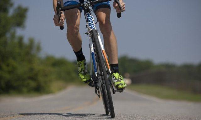 Masaż sportowy - zdjęcie nóg kolarza