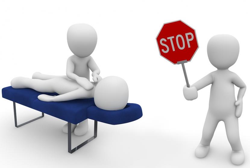 Postać masująca pacjenta na stole do masażu, a obok postać ze znakiem STOP, który nawiązuje do przeciwwskazań do wykonania masażu