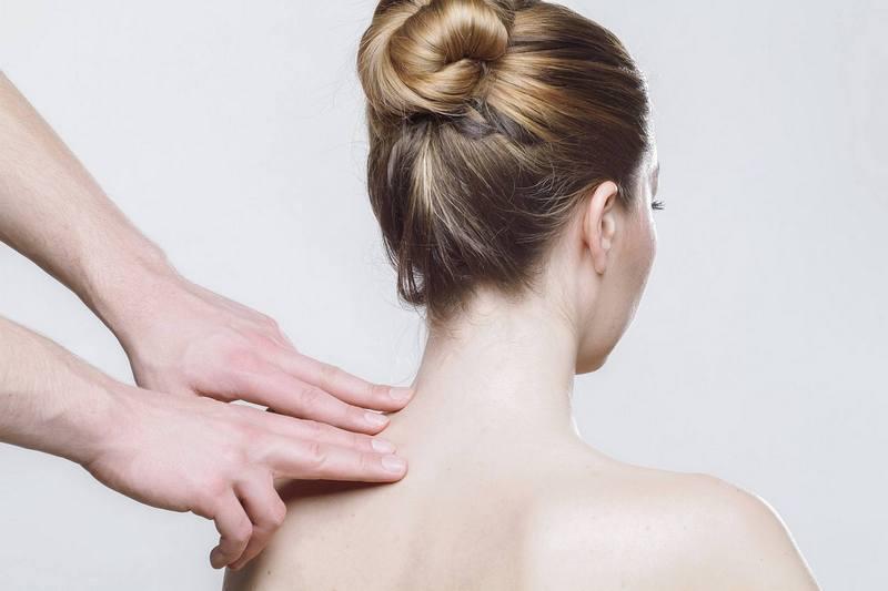 Techniki masażu - ręce masujące ramiona kobiety