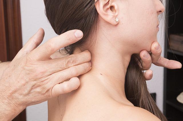 Dłonie masujące szyję - ból w odcinku szyjnym